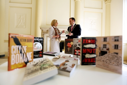photo of Lord Mayor and City Librarian with shortlisted books